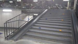 樟葉 駐輪場 中2階 階段